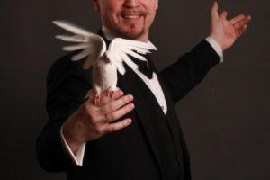 фокусник с голубями